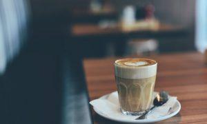 Schreiben im Café.